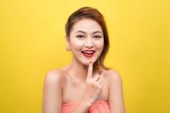 Жизнерадостная красивая азиатская молодая женщина с очаровательной улыбкой над ye Стоковое Изображение