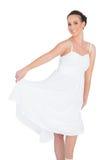 Жизнерадостная красивая молодая модель в белых танцах платья стоковое фото