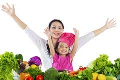 Жизнерадостная мать и ребенок варя овощи Стоковое фото RF