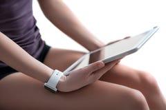 Жизнерадостная маленькая девочка использует современную технологию Стоковые Фотографии RF