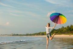 Жизнерадостная маленькая девочка при зонтик радуги имея Стоковые Изображения