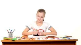 Жизнерадостная маленькая девочка с чертежом войлок-ручки дальше сток-видео