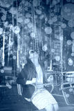 Жизнерадостная модная блондинка на carousel Эмоции счастья стоковое изображение