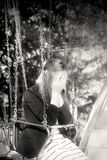 Жизнерадостная модная блондинка на carousel Эмоции тоскливости и печали Стоковая Фотография