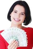 Жизнерадостная молодая дама держа наличные деньги Стоковые Фотографии RF