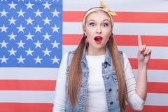 Жизнерадостная молодая американская женщина имеет отличную идею Стоковая Фотография