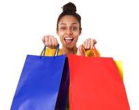 Жизнерадостная молодая африканская дама с хозяйственными сумками Стоковое Изображение