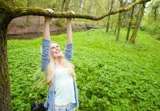 Жизнерадостная молодая женщина играя outdoors Стоковое фото RF