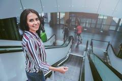 Жизнерадостная молодая женщина получает вниз на лестнице Стоковые Фотографии RF
