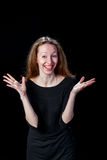 Жизнерадостная молодая женщина усмехаясь распространяющ ее руки к сторонам Стоковое Изображение