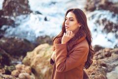 Жизнерадостная симпатичная молодая женщина стоя и смеясь над на пристани в зиме Стоковые Фото