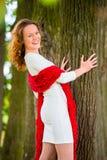 Жизнерадостная смеясь над девушка представляя в парке лета Стоковые Фотографии RF