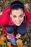 Жизнерадостная спортсменка готовая для бежать Стоковые Изображения RF
