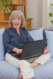 Жизнерадостная старшая женщина с тетрадью Стоковое фото RF