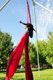 Жизнерадостная тренировка ребенка на воздушных шелках Стоковые Фото