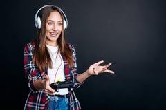 Жизнерадостная усмехаясь девушка играя видеоигры Стоковое Изображение RF