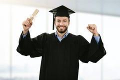 d градуируют крышку градации человека нося с дипломом Иллюстрация  Жизнерадостная усмехаясь мантия студент выпускника нося на выпускной церемонии Стоковое Изображение