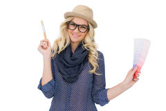Жизнерадостная ультрамодная блондинка при первоклассные стекла держа диаграмму цвета стоковые фото