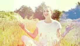 Жизнерадостная шикарная девушка йоги ослабляя для романтичного благополучия, солнечных влияний Стоковая Фотография