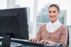 Жизнерадостная шикарная коммерсантка работая на ее компьютере Стоковые Изображения RF