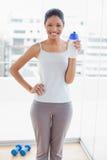 Жизнерадостная sporty молодая женщина держа склянку Стоковые Фото