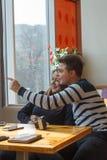 Жизнерадостное датировка пар в кафе и усмехаться стоковое изображение