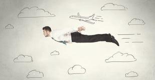 Жизнерадостное летание персоны дела между небом нарисованным рукой заволакивает стоковое фото