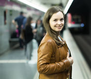 Жизнерадостное женское passanger стоя на платформе прибытия Стоковое Изображение