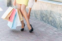Жизнерадостное женское shopaholic вымотано стоковые фотографии rf