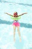 Жизнерадостное заплывание маленькой девочки с плавая кольцом Стоковая Фотография RF