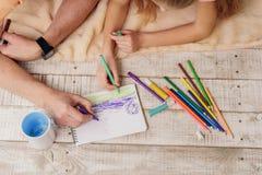 Жизнерадостное изображение чертежа деда и девушки совместно Стоковое Изображение