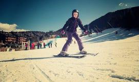 Жизнерадостное катание на лыжах женщины на снежной горе Стоковое Изображение RF