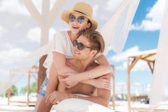 Жизнерадостное моложавое время удовольствия траты пар на морском курорте Стоковые Изображения RF