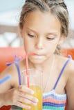 Жизнерадостное питье сока девушки Стоковая Фотография RF