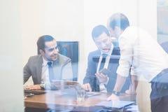 Жизнерадостное расслабленное корпоративное businessteam работая в современном офисе Стоковая Фотография