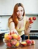 Жизнерадостное houswife принимая персики стоковые изображения