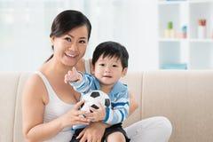 Жизнерадостные азиатские мать и сын стоковое изображение rf