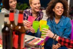 Жизнерадостные дамы выпивая напиток в комнате Стоковые Фото