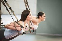 Жизнерадостные дамы пригонки делают нажим-поднимают с поясами Стоковое Изображение