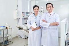 Жизнерадостные дантист и медсестра Стоковое Изображение