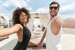 Жизнерадостные ласковые молодые пары отдыхая совместно на выходных лета Стоковое Изображение RF