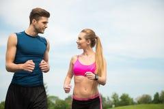 Жизнерадостные 2 бегуна jogging с утехой Стоковые Фотографии RF