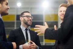 Жизнерадостные бизнесмены имея бессодержательный разговор Стоковая Фотография RF