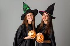 Жизнерадостные девушки в одеждах стиля хеллоуина Стоковые Фотографии RF