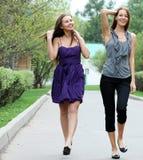 Жизнерадостные девушки в улице Стоковое фото RF