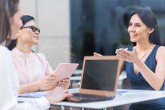 Жизнерадостные девушки говоря в кафе Стоковое фото RF