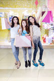 Жизнерадостные девушки с хозяйственными сумками на моле стоковое фото rf