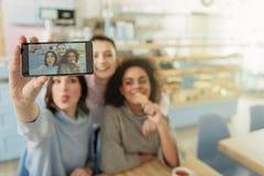 Жизнерадостные лесбосские девушки в кафе Стоковая Фотография