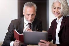Жизнерадостные деловые партнеры обсуждая проект Стоковое Изображение RF