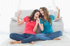 Жизнерадостные женские друзья поя в живущей комнате Стоковые Фотографии RF